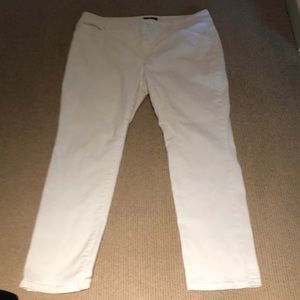 Chico's so slimming white pants size 2.5 short